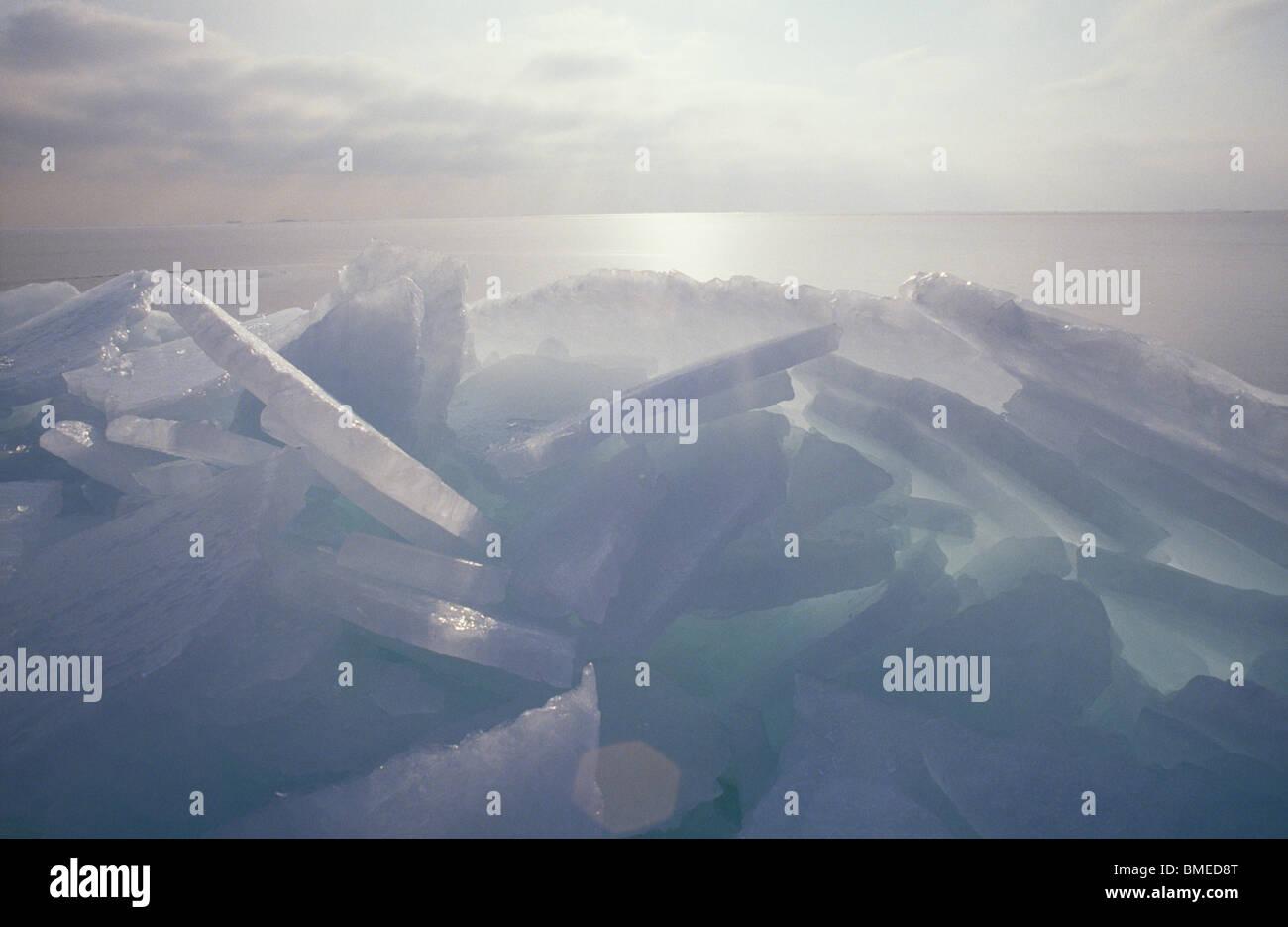 Eisscholle mit Meer im Hintergrund Stockbild
