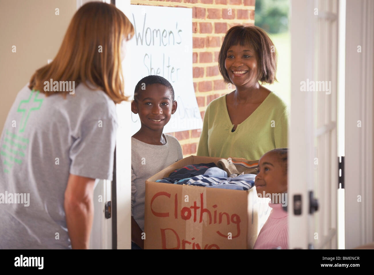 Sammeln von Kleidung für eine Kleidersammlung Stockbild
