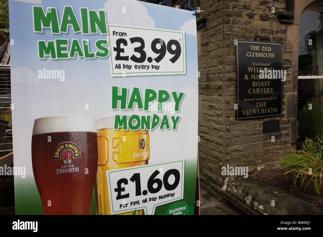 Happy Hour Getränke Angebote Zeichen vor einem Pub Buxton Stockfoto ...