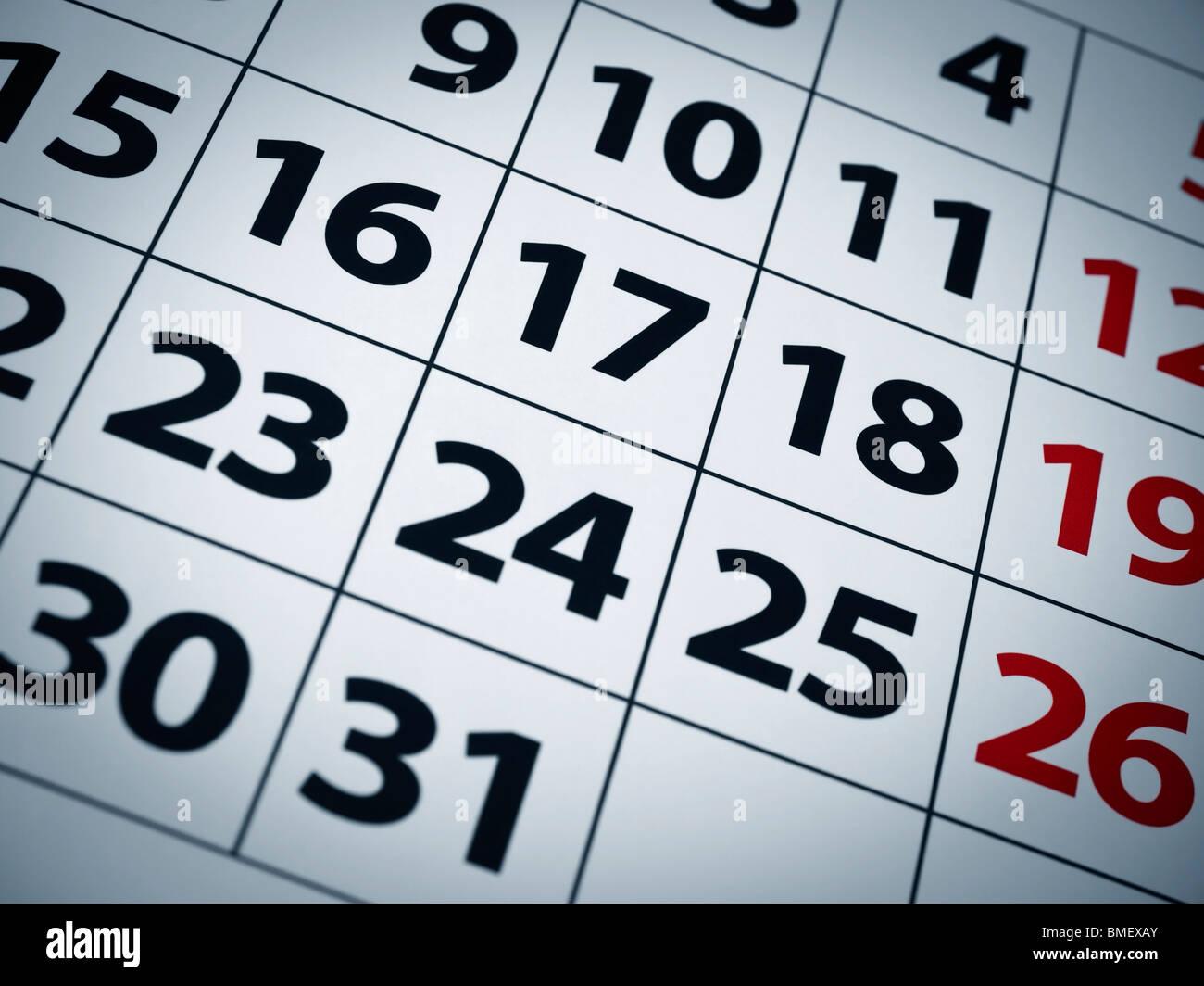 Nahaufnahme von Zahlen auf einem Kalenderblatt. Stockbild