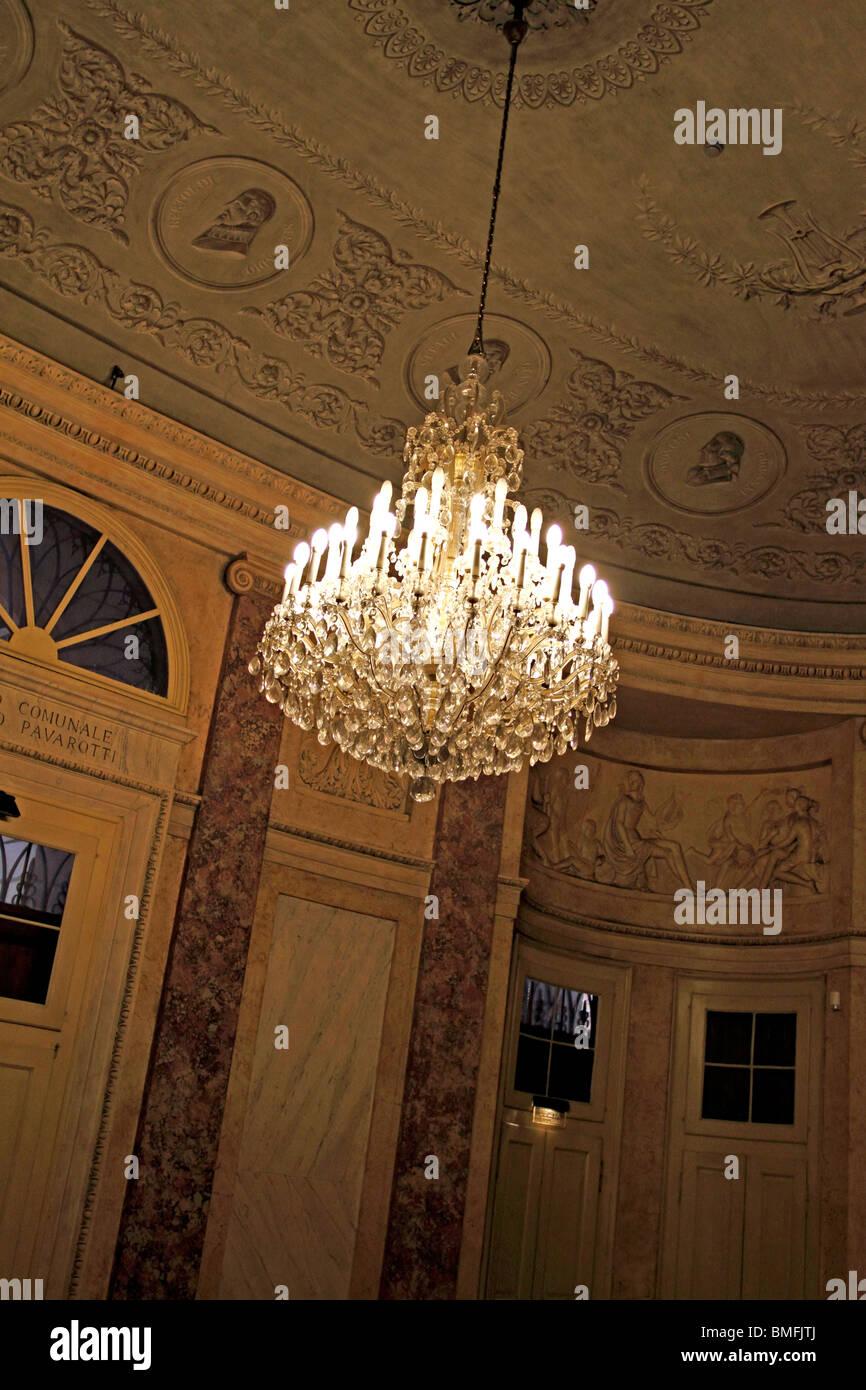 Kristall-Kronleuchter hängen in einem klassisch eingerichtete Zimmer ...
