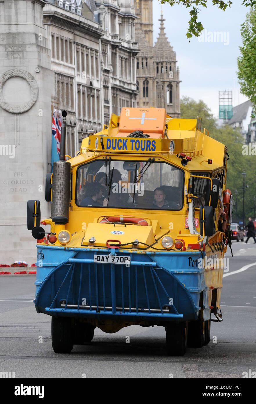 """""""Duck Tours"""" Amphibienfahrzeug auf der Straße, London, England, UK Stockbild"""