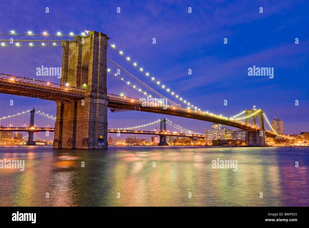 New York City, die Brooklyn Bridge über den East River mit der Manhattan Bridge im Hintergrund. Stockbild