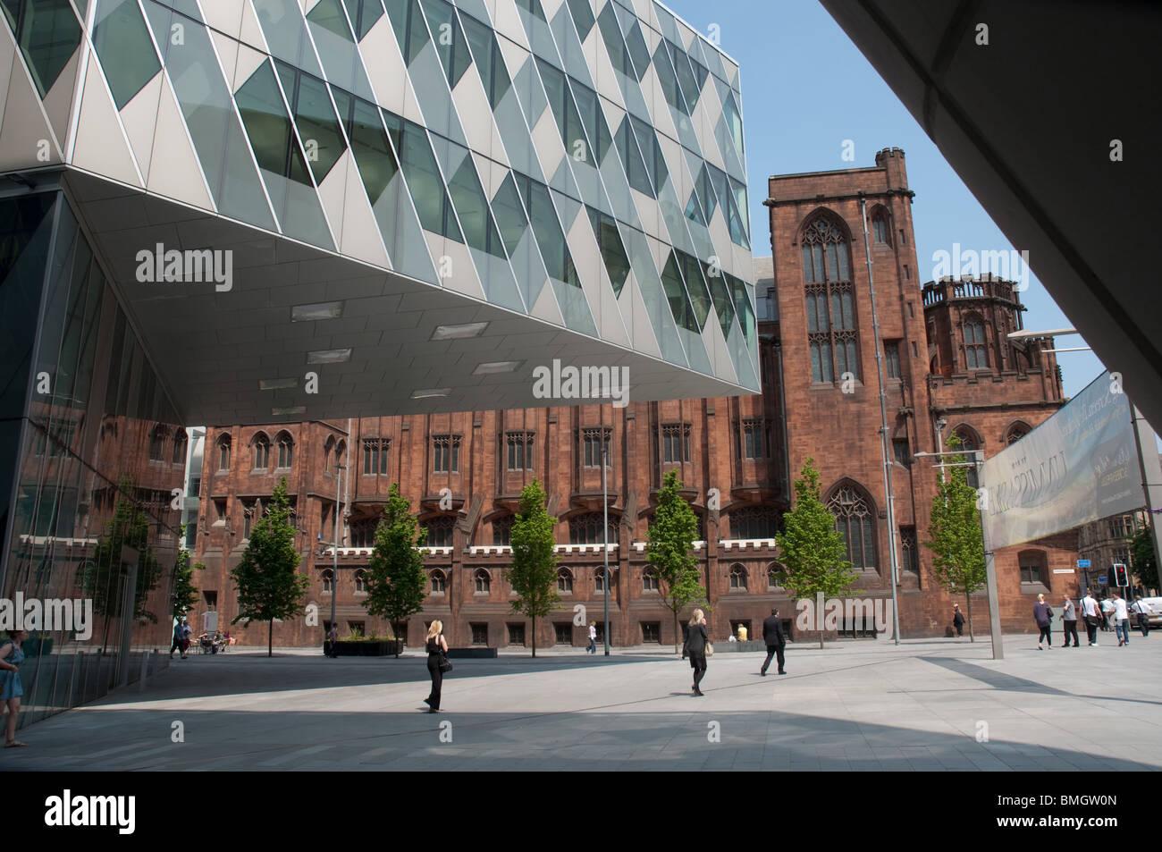 Moderne Architektur des Spinningfields vor dem Hintergrund der The John Rylands Library, Deansgate, Manchester, Stockbild