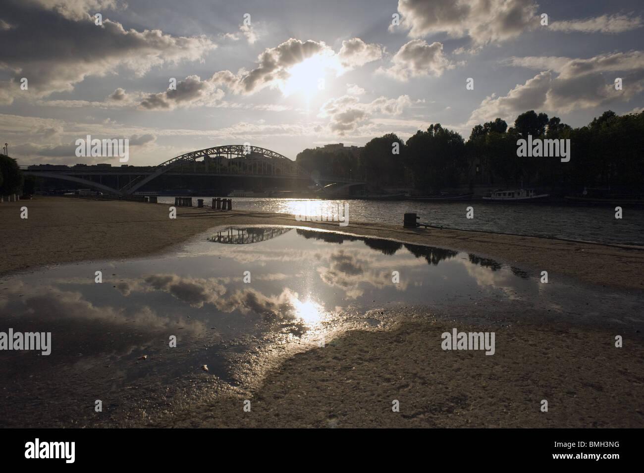 Ciel Bleu, Soirée, Reflet du Ciel et du Soleil Dans Une Flaque d ' Eau Himmelblau Abendhimmel und die Reflexion Stockbild