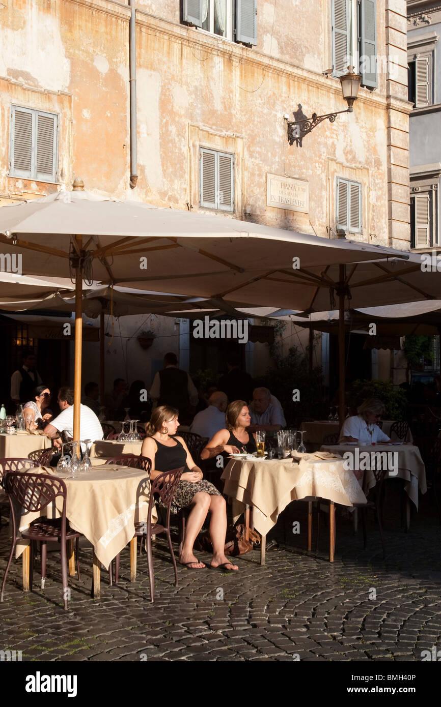 Person sitzen in einer traditionellen Bar in Santa Maria in Trastevere Platz Rom Italien Stockbild