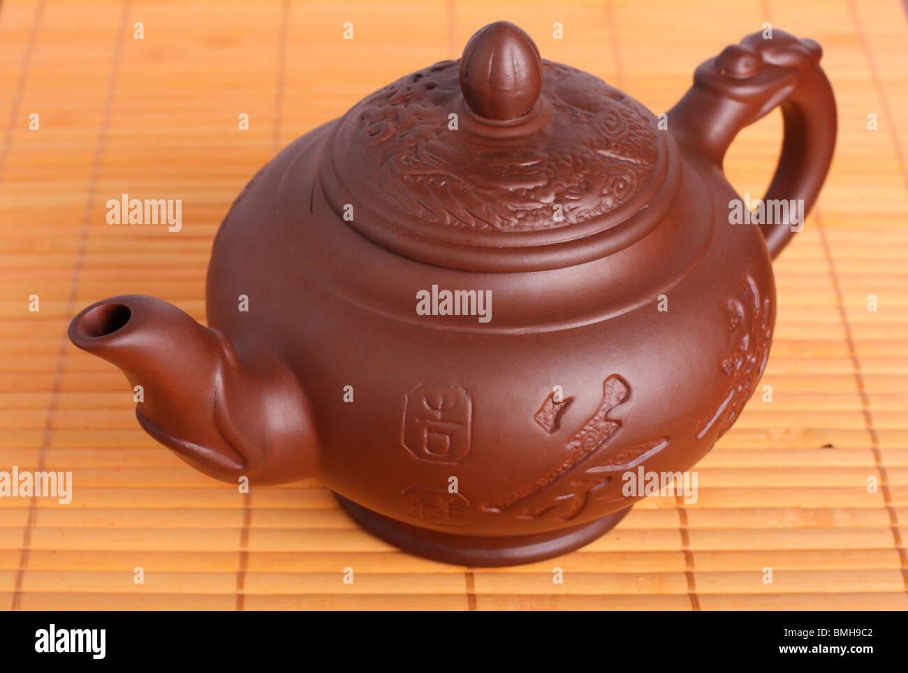 Klassische Chinesische Teekanne Aus Braunen Ton Auf Bambus Teppich