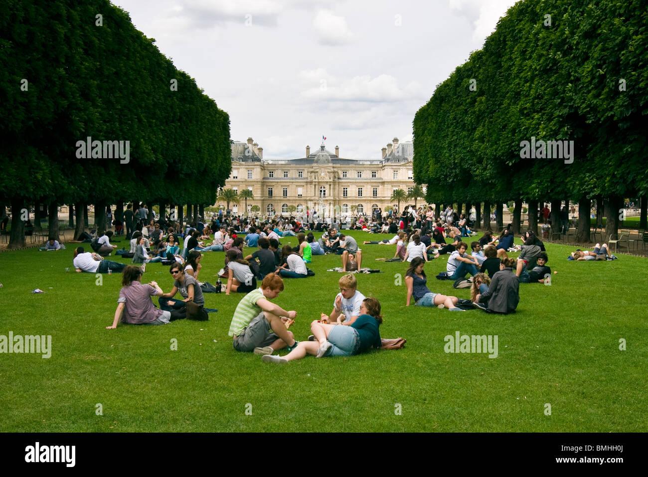 Parisern genießen Sie einen sonnigen Tag im Parc du Luxembourg, Paris, Frankreich Stockbild