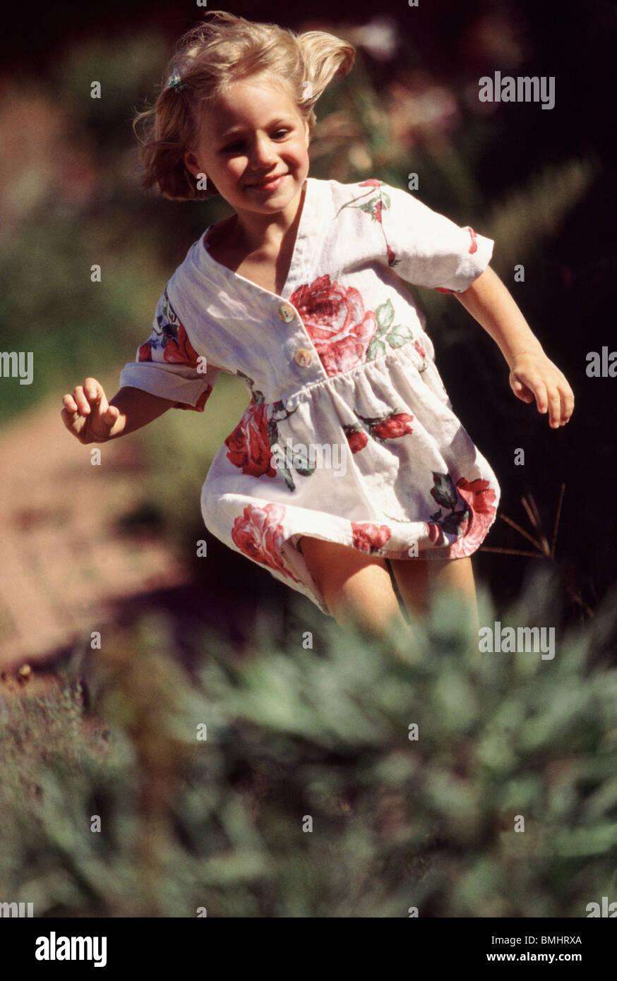 Junge Mädchen laufen außerhalb Stockbild