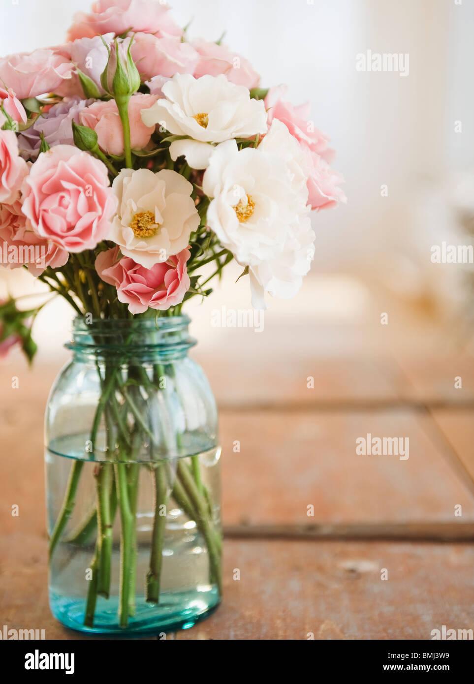 Glas mit Blumen Stockbild