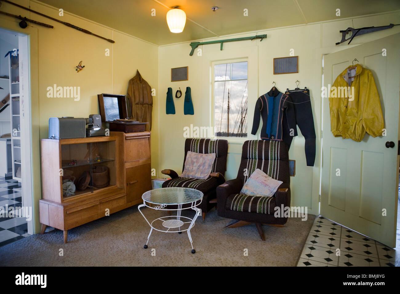 Möbel Und Scuba Ausrüstung In Einem Strandhaus Aus Den Fünfziger Jahren  (50er Oder 50er Jahre Haus) Auckland, Neuseeland