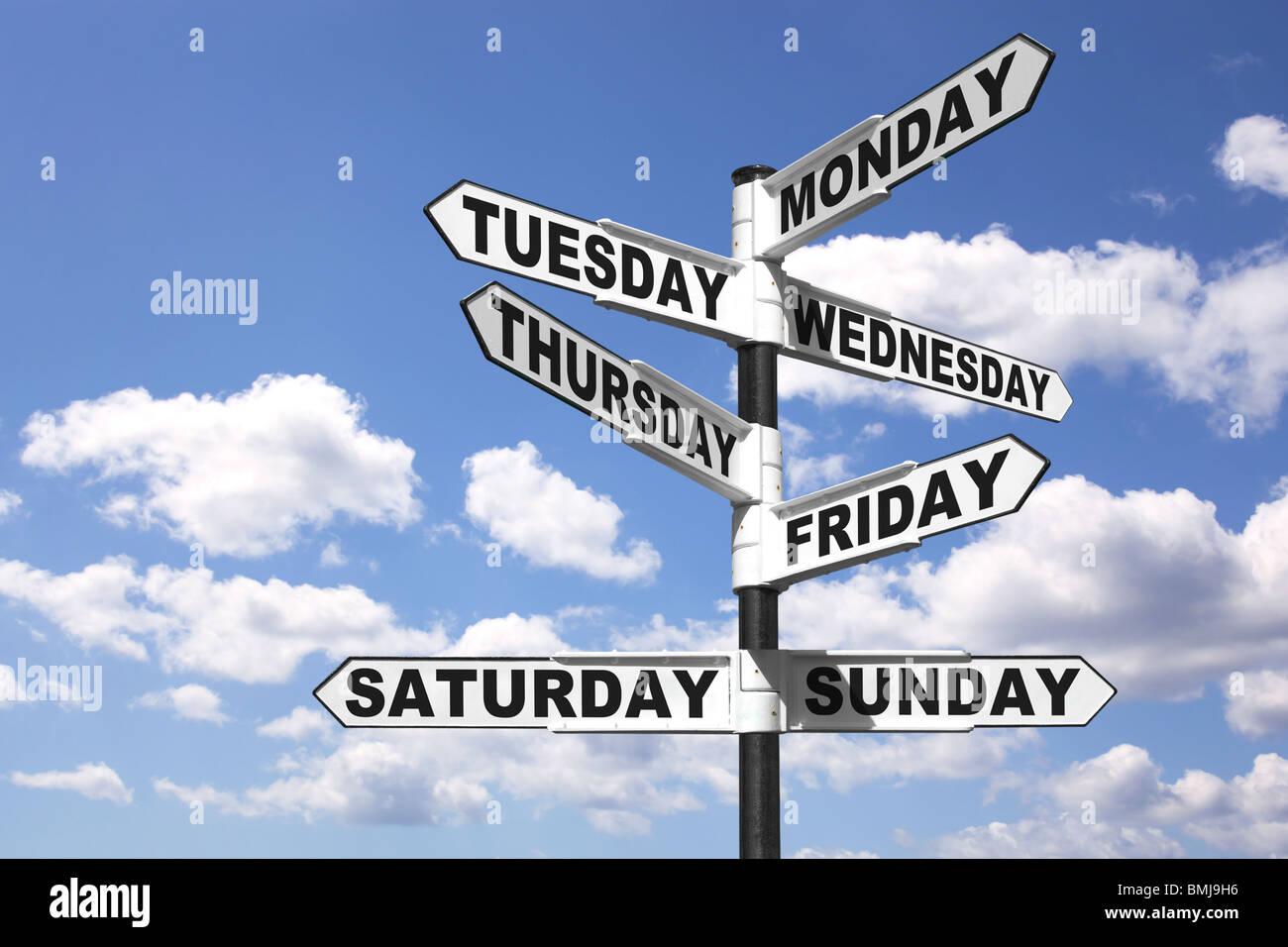 Wegweiser zeigen die sieben Tage der Woche Stockbild