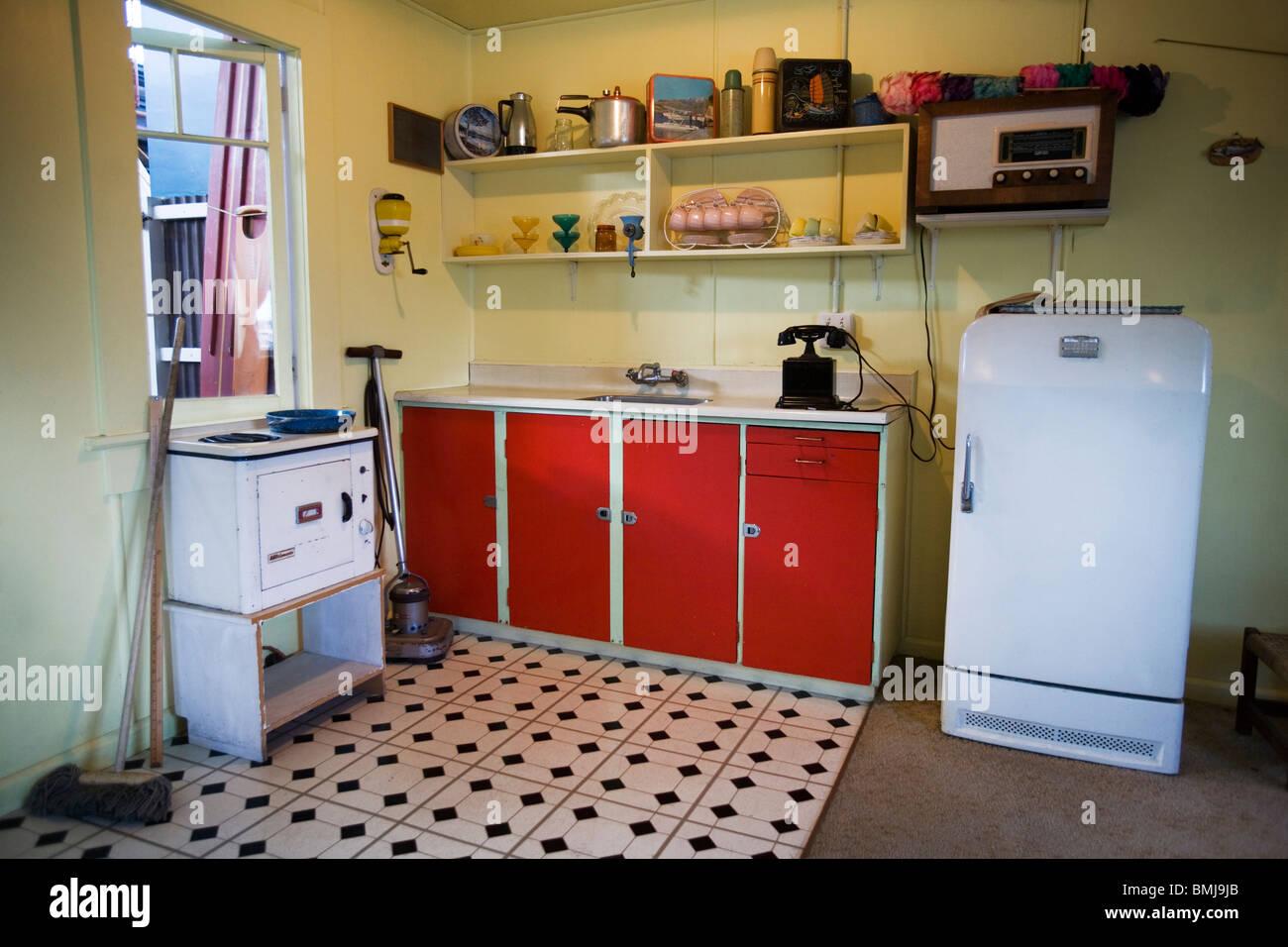 Küche in einem Strandhaus aus den fünfziger Jahren (50er ...