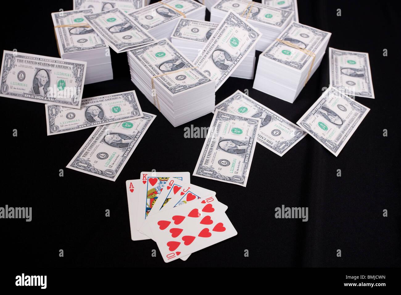 Haufenweise Geld und Karten Stockbild