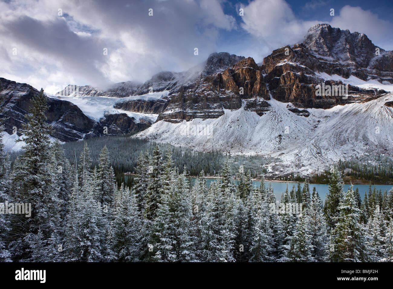 Mount Crowfoot & Crowfoot Glacier über Bow Lake im Schnee, Icefields Parkway, Banff Nationalpark, Alberta, Stockbild