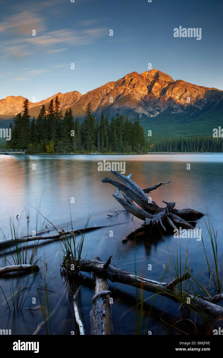 Pyramid Lake und die Berge in der Dämmerung, Jasper Nationalpark, Alberta, Kanada Stockbild