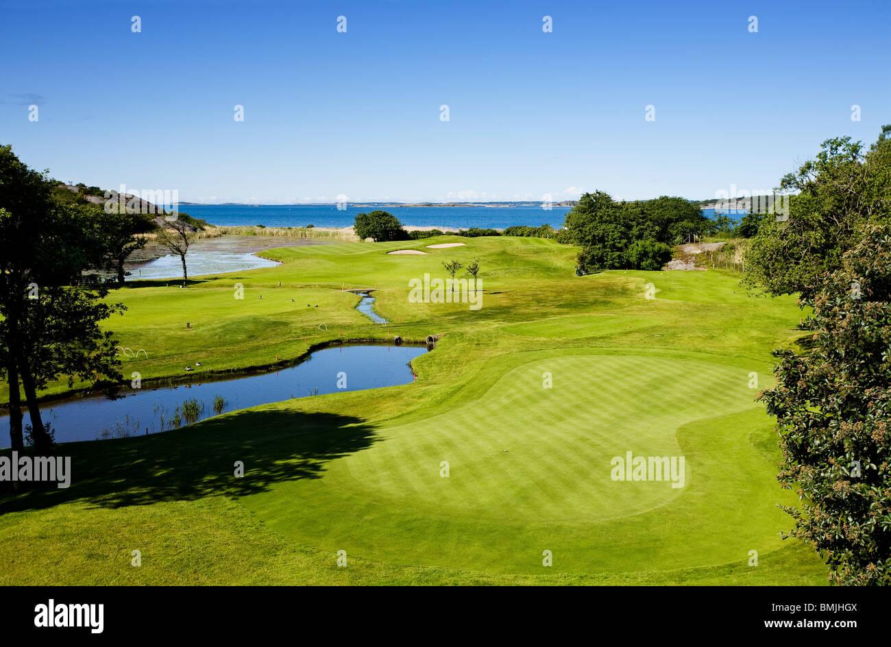 Golfplatz im Sonnenlicht Stockbild