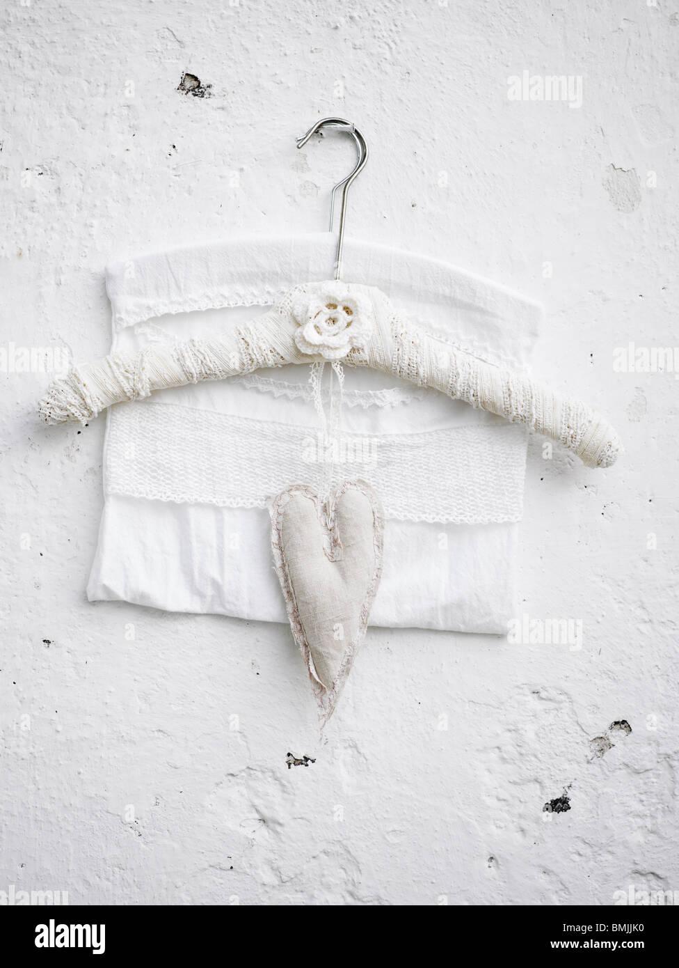 Skandinavien, Schweden, Stockholm, Kleiderbügel und Herzform an weißer Wand, Nahaufnahme Stockbild