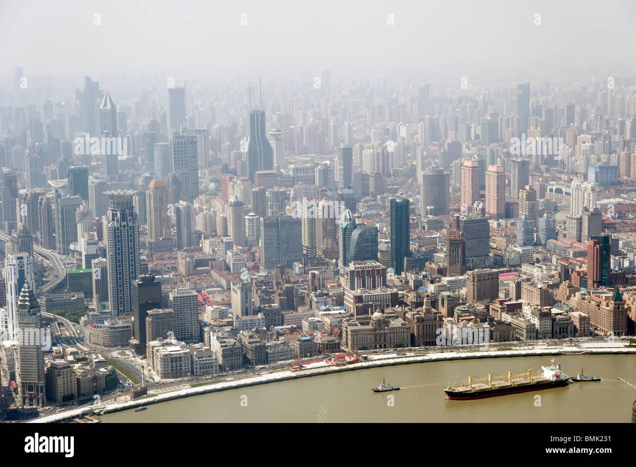 Smog und Luftverschmutzung in der Stadt gesehen von oben, Shanghai, China Stockbild