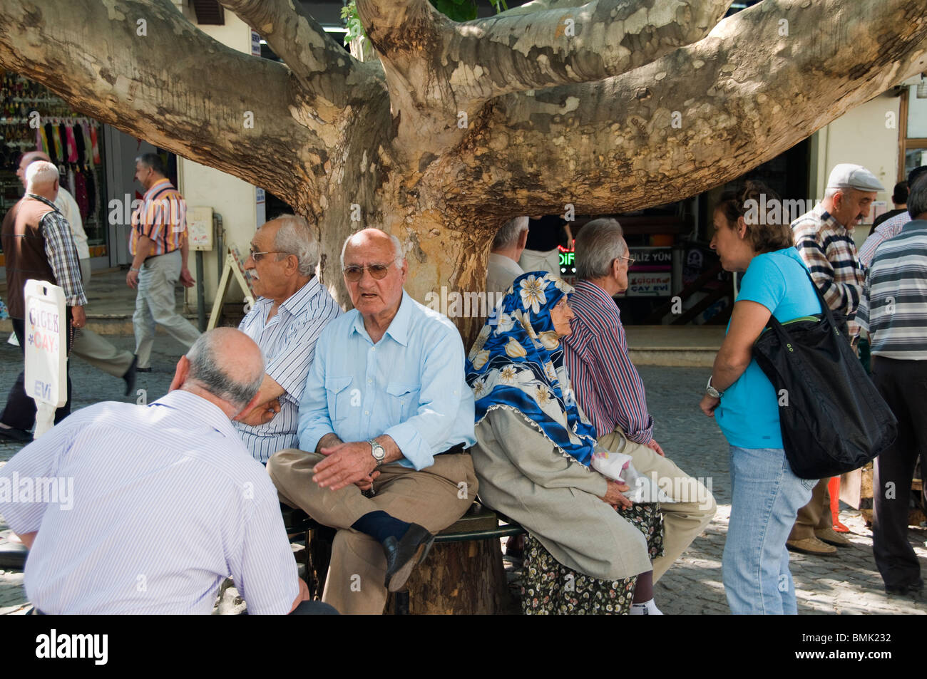 Bursa Kapali Carci Baz Basar Türkei Anatolien Greis Marktund Womanan ruht auf einem Baum Stockbild