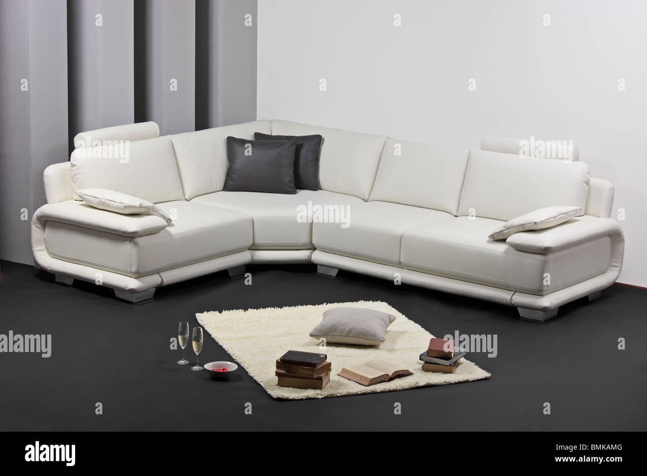 Ein Wohnzimmer mit weißen Möbeln Stockfoto, Bild: 29928992 ...