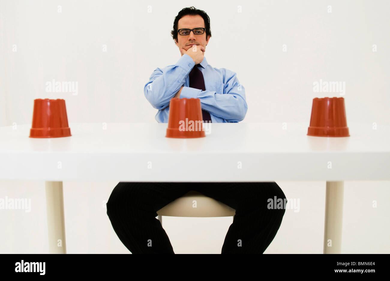 Mann grübelt über Lage der versteckten Posten Stockbild