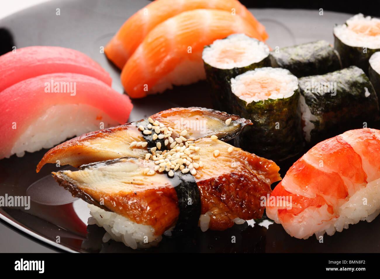 Satz von japanischen Sushi auf dem Teller Stockbild