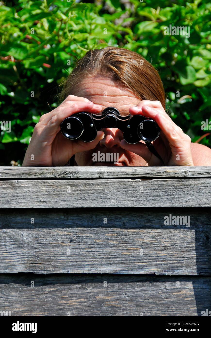 Eine neugierige Bild Frau ihren Nachbarn ausspionieren Stockfoto, Bild neugierige cb65b5