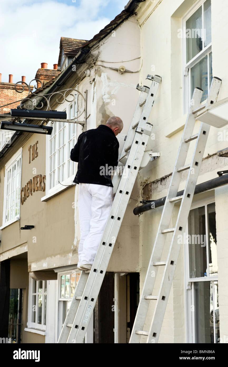 Mann, Leiter, Maler Und Dekorateur, Dekoration Der Außenwand Einer Kneipe  In Marlow