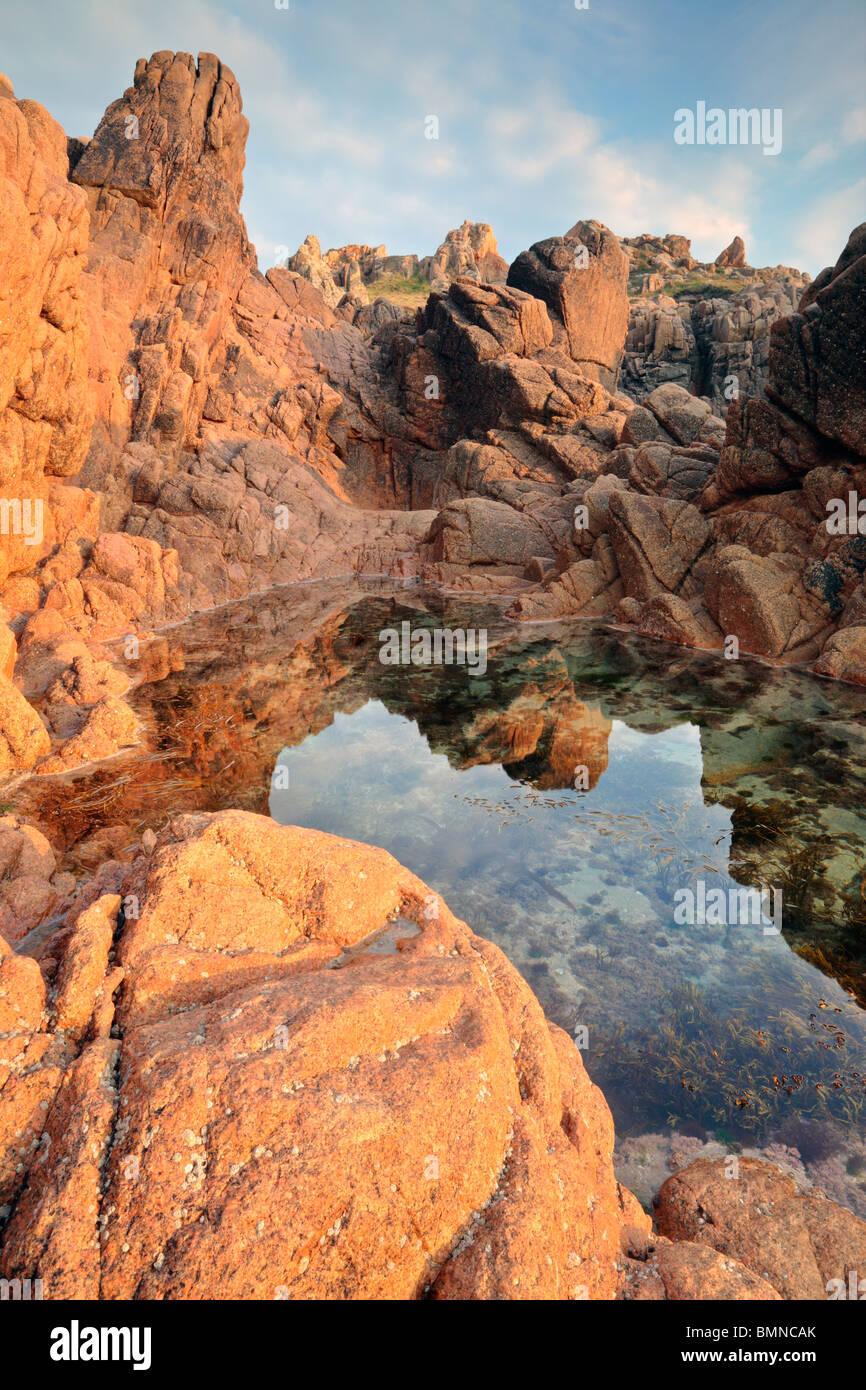 Reflexionen inmitten der interessanten geologischen Formationen des Albecg auf der West-Küste von Guernsey Stockbild