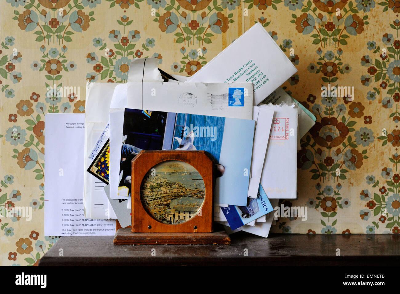 Alte Briefe Gestapelt In Brief Rack Auf Staubigen Regal Gegen
