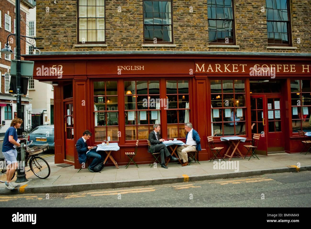 London, UK, Großbritannien, Menschen teilen Getränke Außenterrasse ...