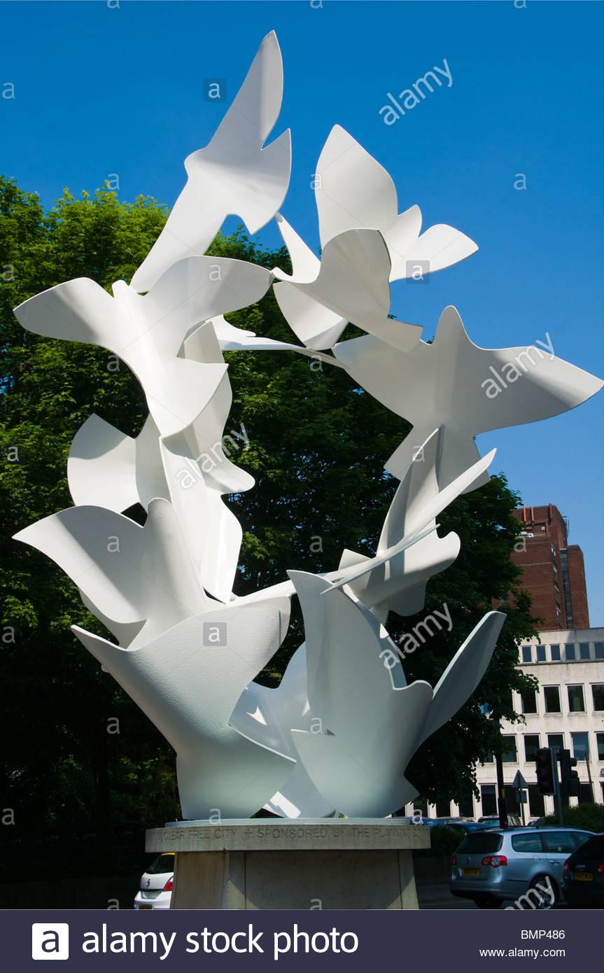 Tauben des Friedens Skulptur von Michael Lyons, Brücke St., Manchester, England, UK Stockbild