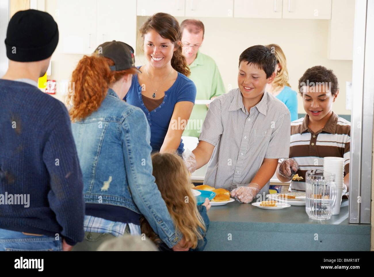 Gruppe von Menschen in Gemeinschaft Buffet Stockfoto, Bild: 30009416 ...