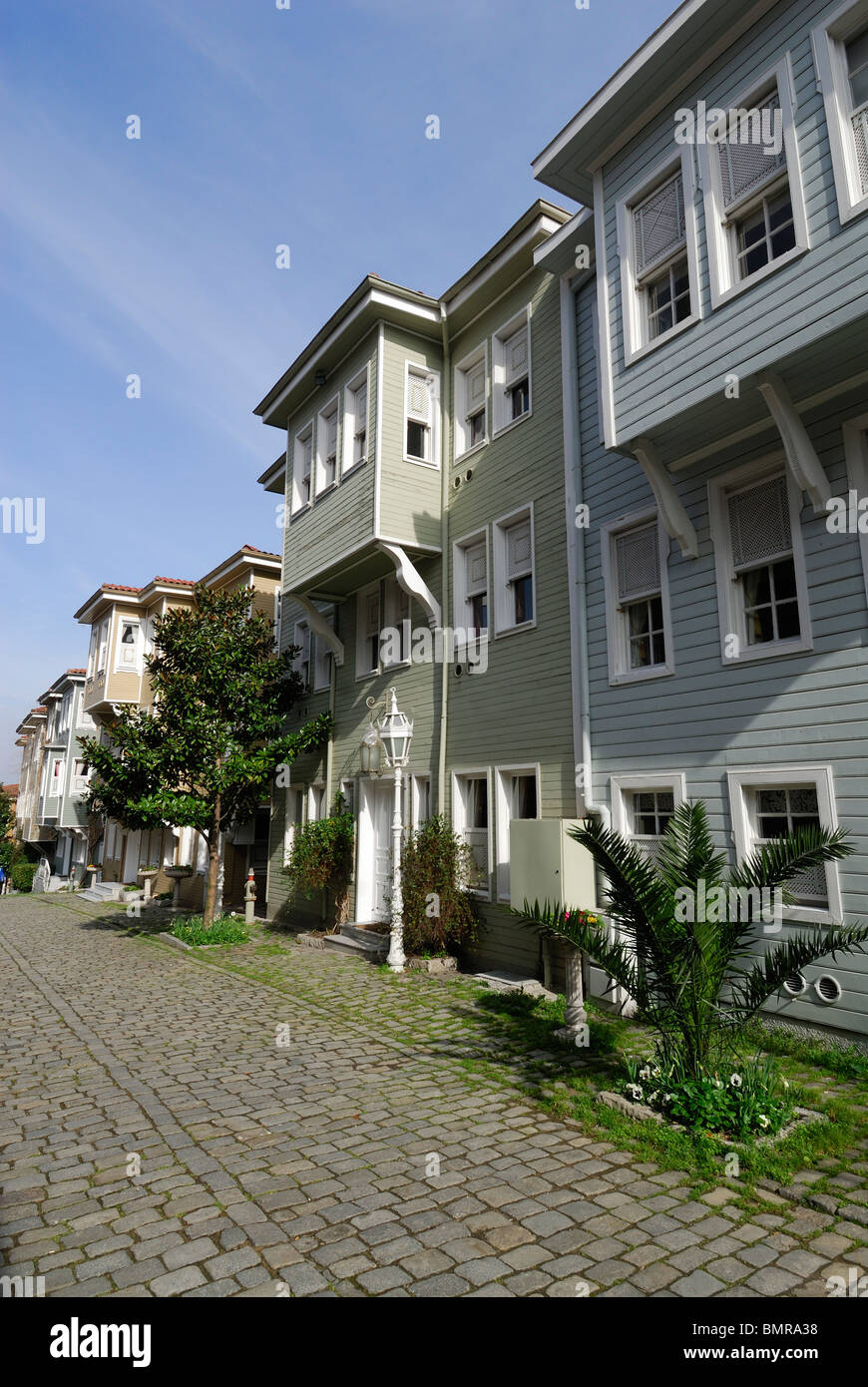 Istanbul. Turkei. Traditionelle Holzhäuser auf Sogukcesme Sok, Sultanahmet. Ayasofya Villen. Stockbild