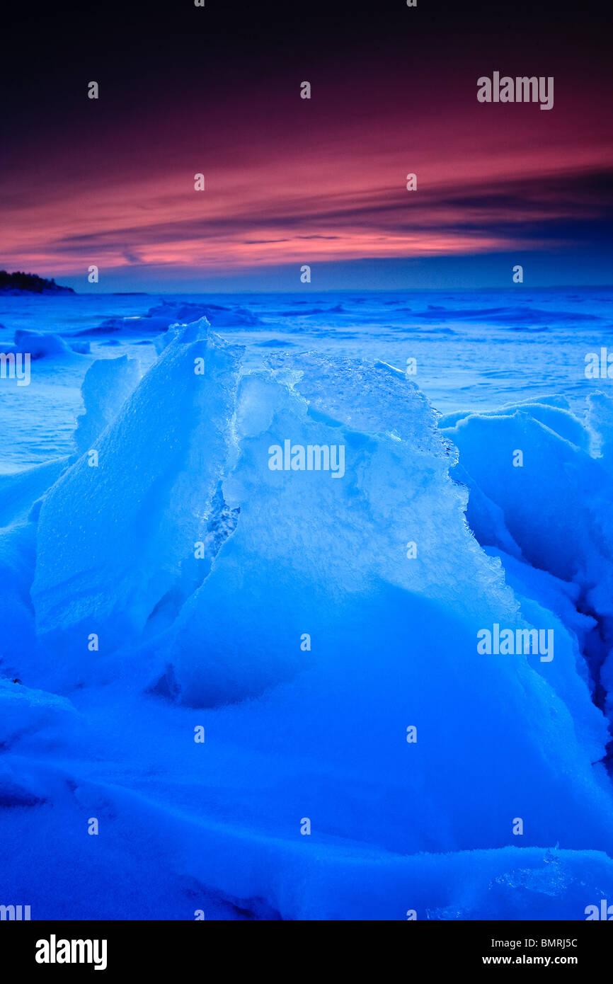 Eis-Skulptur in bläulich Abendlicht am Larkollen in Rygge Kommune, Østfold Fylke, Norwegen. Stockbild