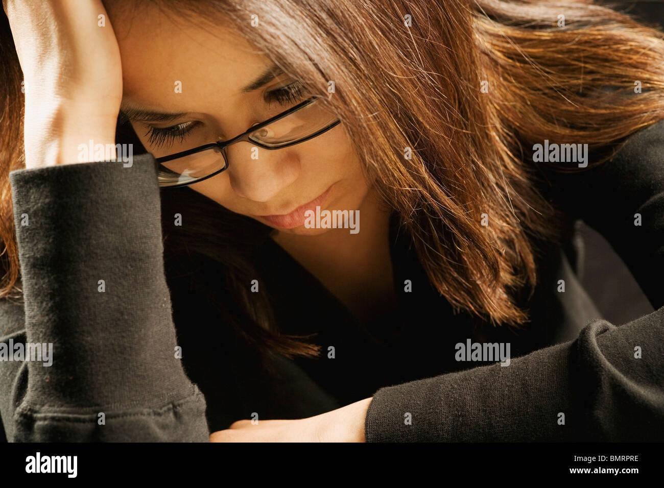 Eine junge Frau auf der Suche traurige Stockbild