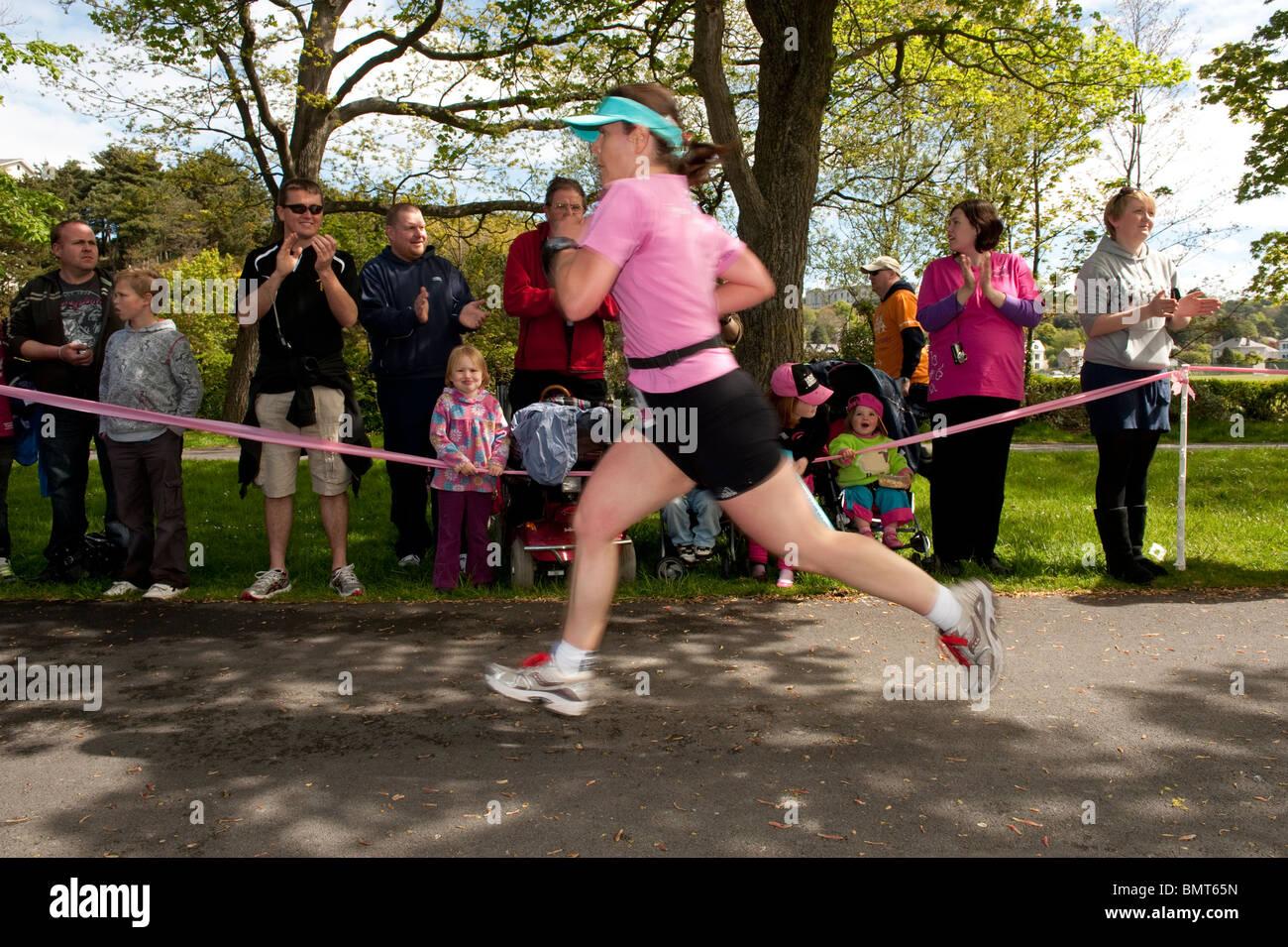 Frauen, die Teilnahme an der jährlichen Krebs Forschung Charity Fundraising Rennen für Leben ABERYSTWYTH Stockbild