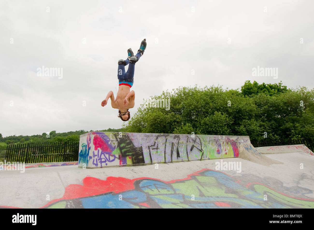 Inline-Skater in Aktion bei speziell dafür gebauten Skatepark in Leigh on Sea, Essex, England. Stockbild