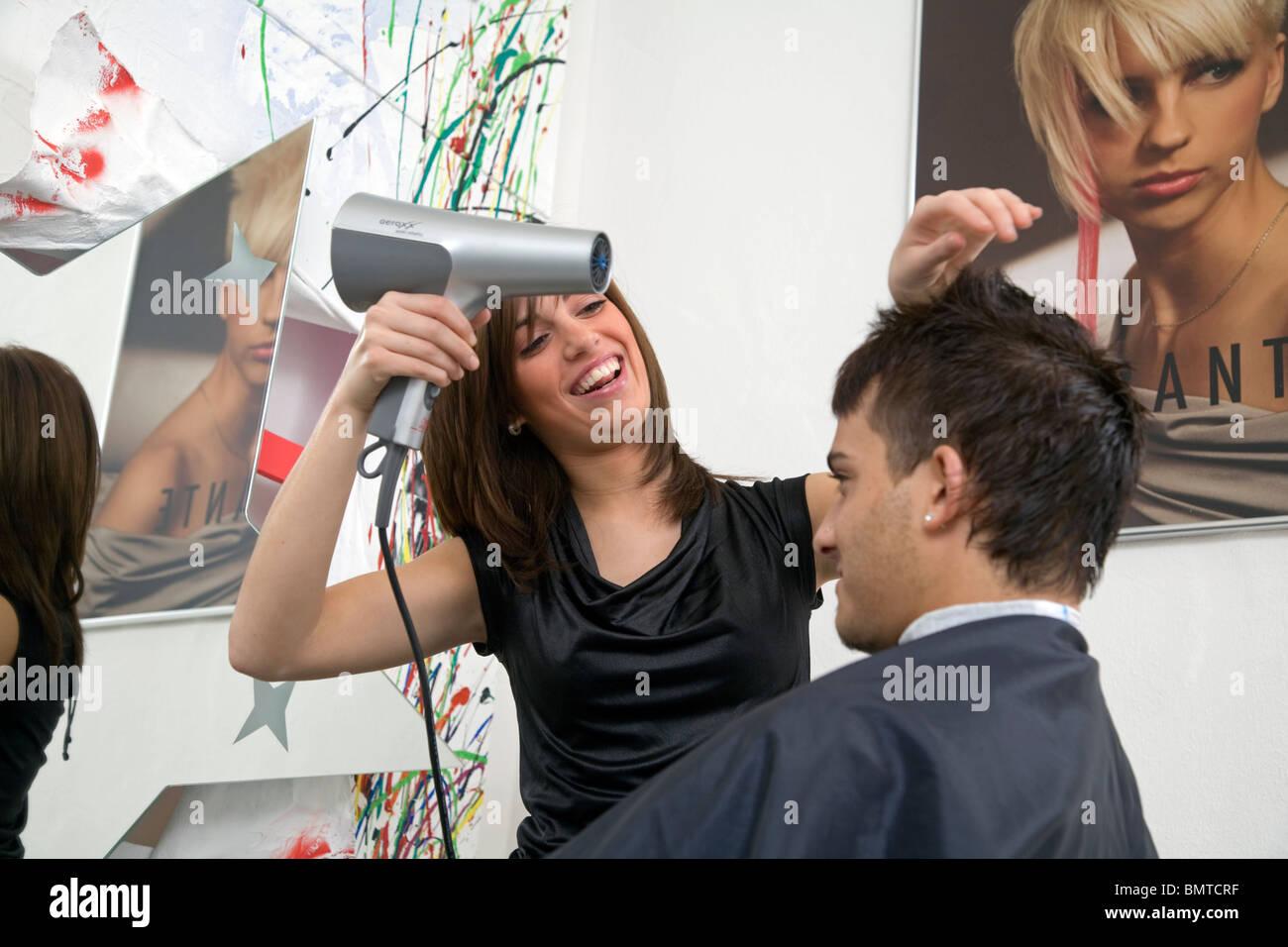 Ein Auszubildender Friseur Im Salon Morante Essen Deutschland