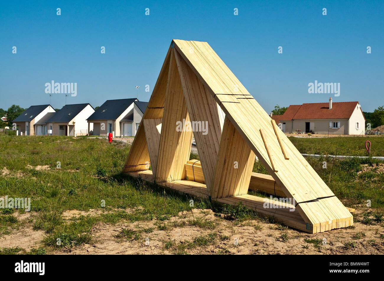 Holz-Dachbinder auf Wohnungsbau Neubau Baustelle - Indre-et-Loire ...
