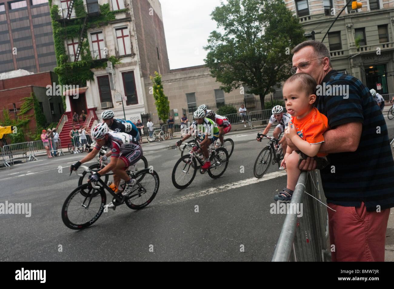 Vater und Baby beobachten die Harlem Crit Stockbild