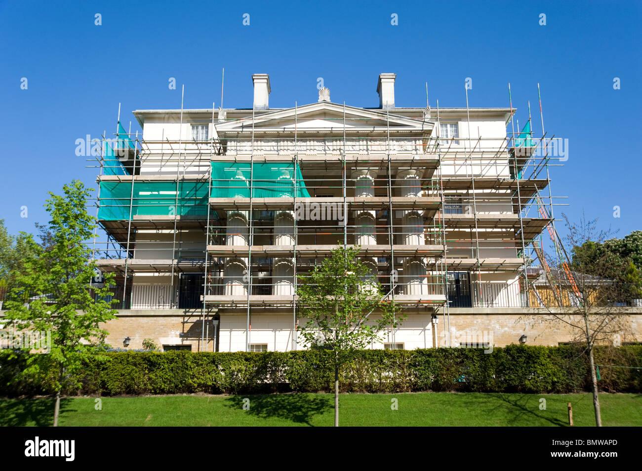 Gerüst errichtet, um ein großes Haus in Renovierung, London, England, UK Stockbild