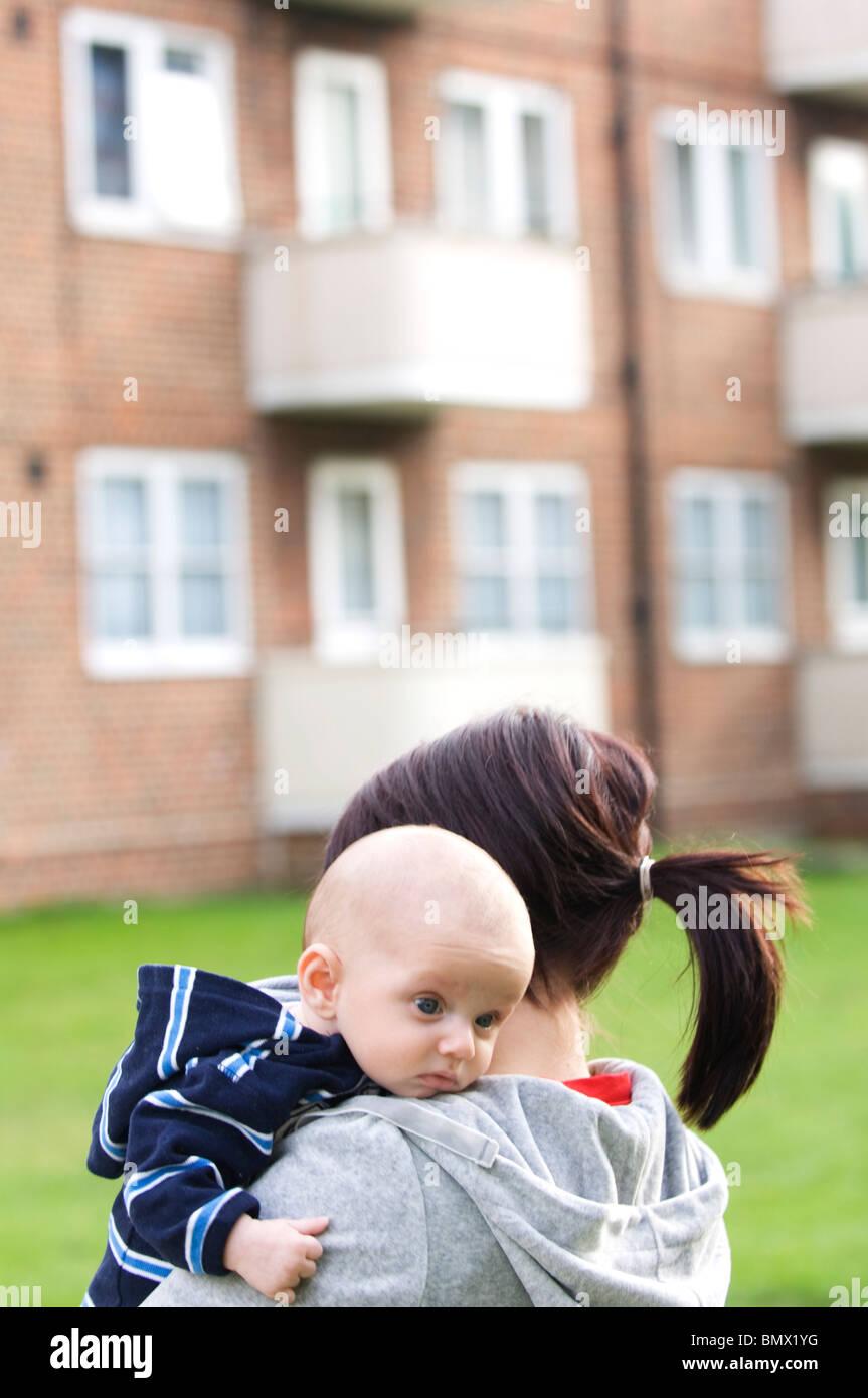 alleinerziehende Mutter mit baby Stockbild