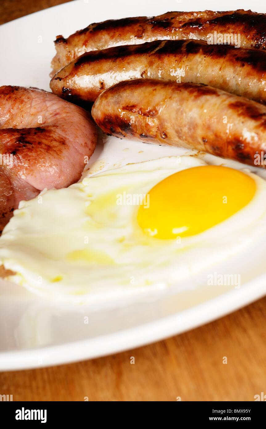 Stock Foto von einem traditionellen englischen Frühstück mit Würstchen, Spiegeleier und Speck. Cholesterin Stockbild