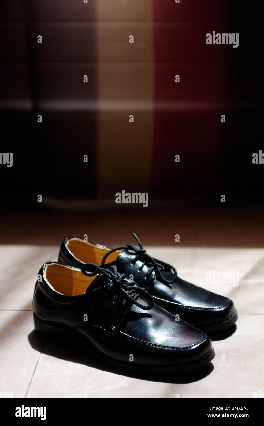 best sneakers 7f0ce b6d87 Stock Foto von einem Paar von jungen Hochzeit Schuhe warten ...