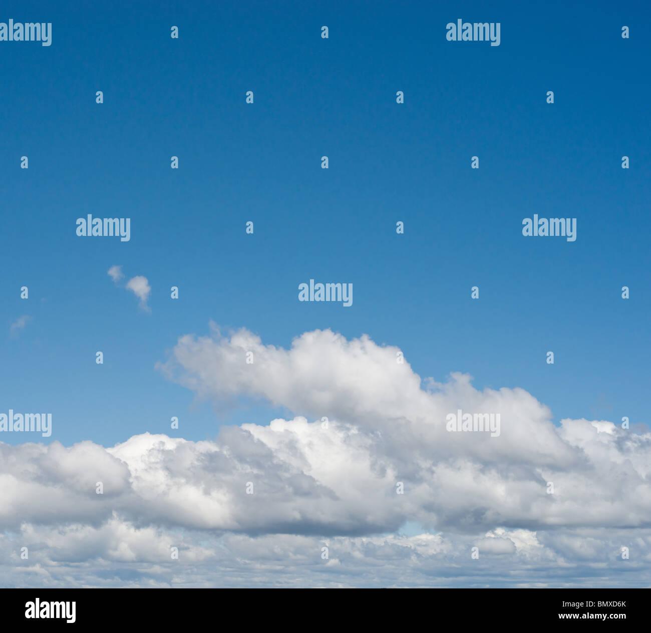 schöne weiße flauschige Wolken am blauen Himmel Stockbild