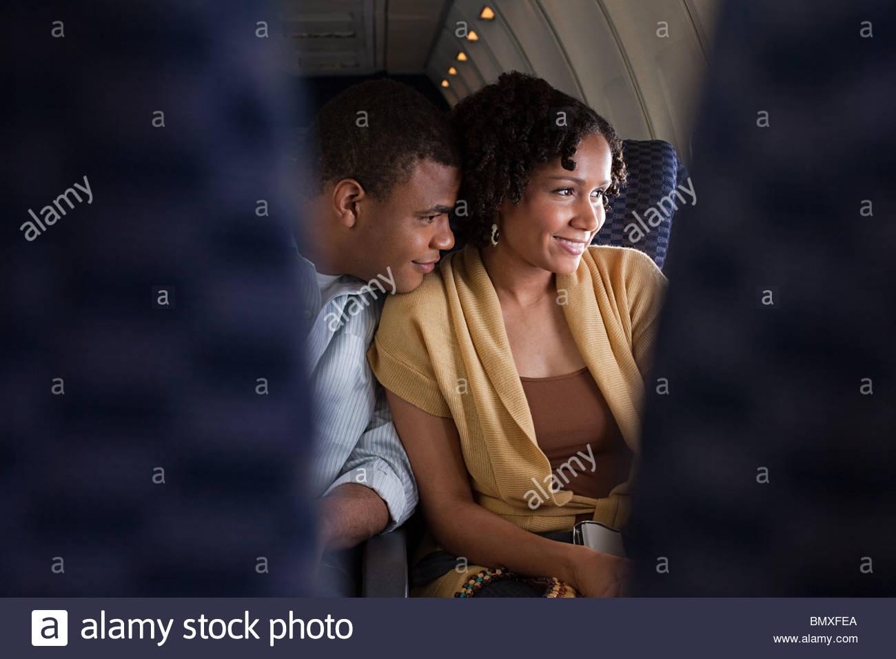 Paar auf einem Flugzeug Stockbild