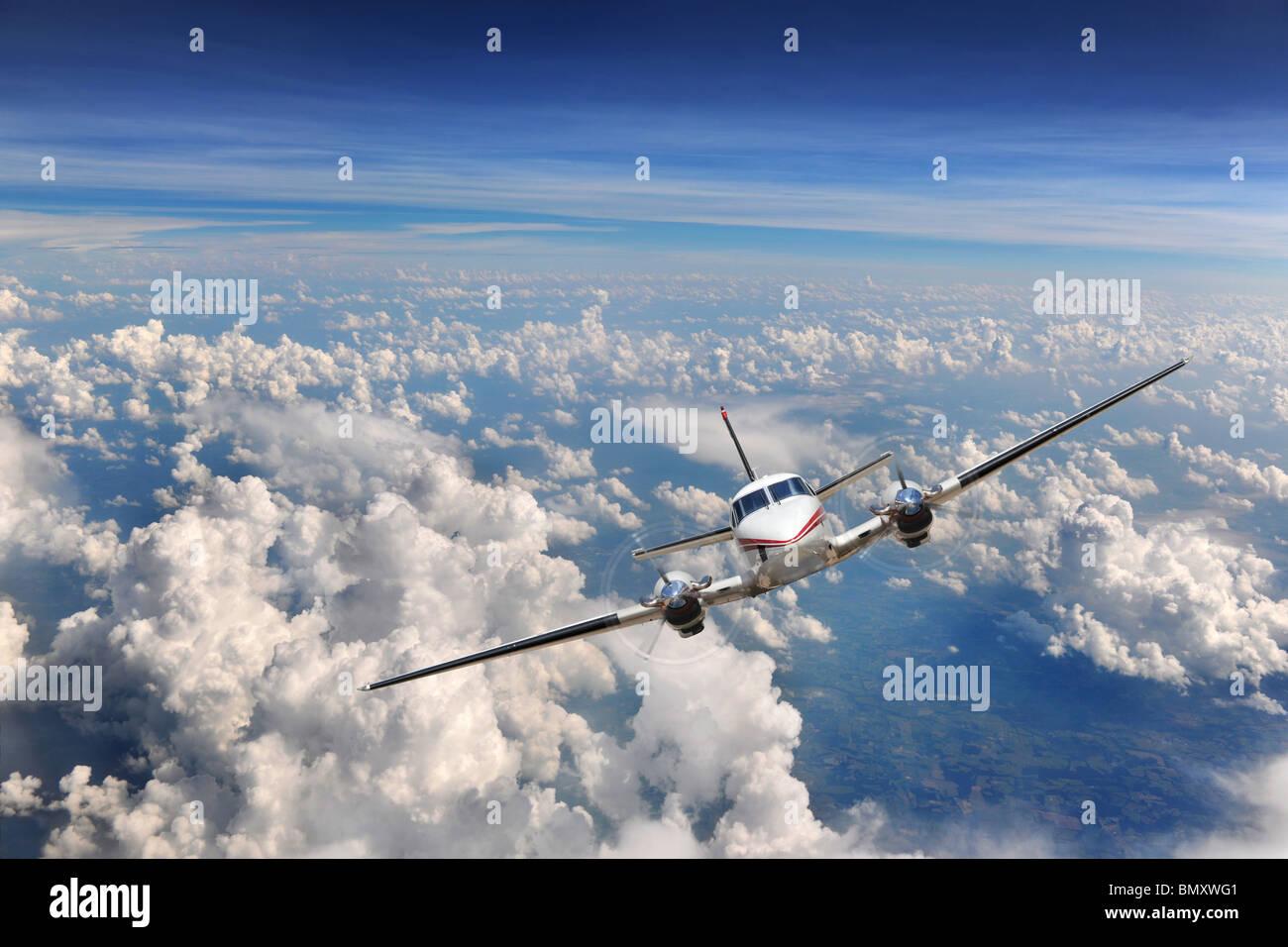Flugzeug fliegen hoch über den Wolken Stockbild