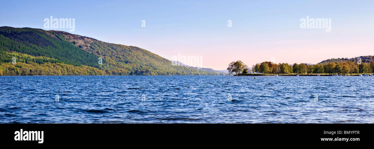 Coniston Water Lake District Cumbria England UK Blick nach Süden in Richtung Land Punkt und hohen Mann Stockbild